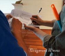海龙国际搬家公司再次检查工作区域的墙面地面并签署报告