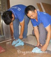 北京国际搬家公司安排工人穿上工服、鞋套分区域作业