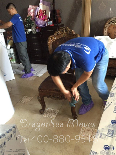 为保障湖南娄底国际海运搬家到美国客户家具安全,从广州长途奔袭赶过去包装